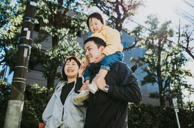 Gelukkige japanse familie tijd buiten doorbrengen