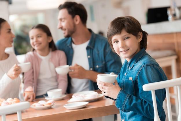 Gelukkige jeugd ouders kinderen hebben tijd in cafe.
