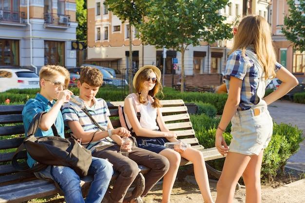 Gelukkige jeugdvrienden of middelbare scholieren hebben plezier, praten