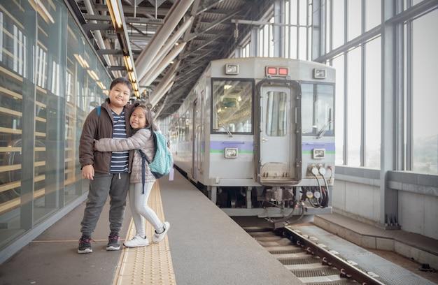 Gelukkige jong geitjereiziger met de oude trein van japan