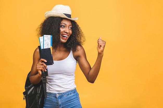 Gelukkige jonge afro-amerikaanse zwarte vrouw met vliegtickets