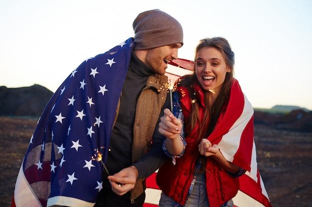 Gelukkige jonge amerikanen vieren vrijheid