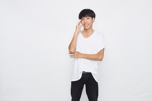 Gelukkige jonge aziatische mannen die een t-shirt dragen, gebruiken positief denken op een wit oppervlak.
