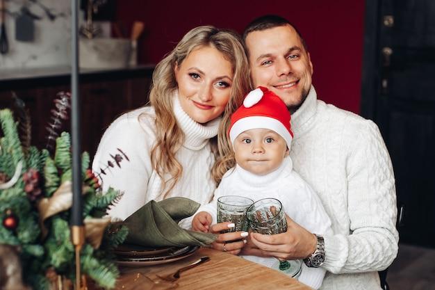 Gelukkige jonge blanke familie glimlacht samen thuis