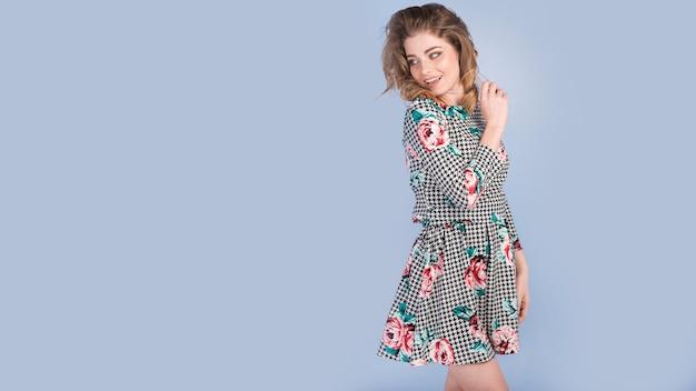 Gelukkige jonge dame in elegante jurk