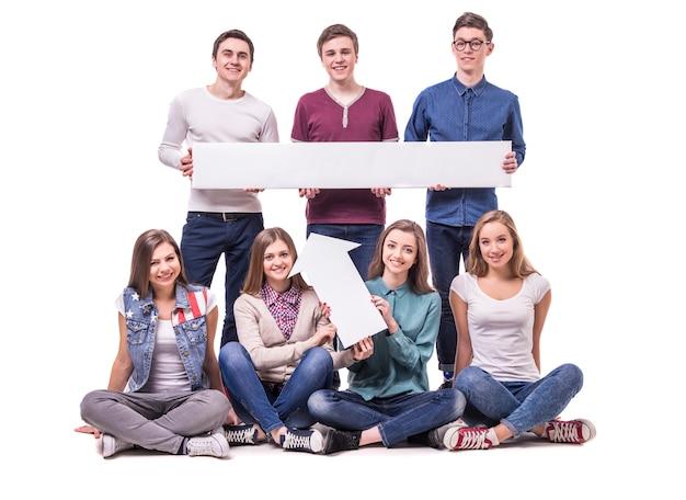Gelukkige jonge en studenten die bevinden zich glimlachen.