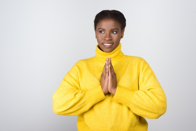 Gelukkige jonge en vrouw die opzij bidt kijkt