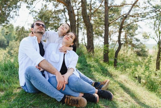 Gelukkige jonge familie tijd buiten doorbrengen op een zomerdag, veel plezier in het prachtige park