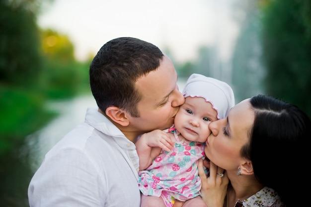 Gelukkige jonge familie tijd samen doorbrengen buiten in de groene natuur
