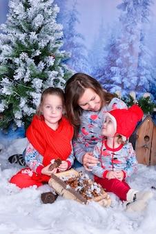Gelukkige jonge geitjes met hun kerstcadeautjes