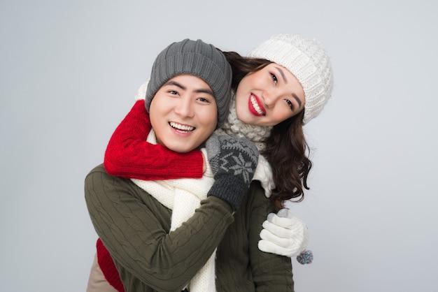 Gelukkige jonge hipster paar knuffelen. koud seizoen. romantische stemming.