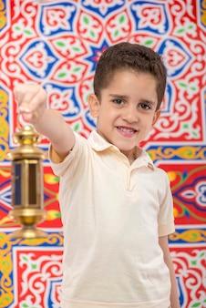 Gelukkige jonge jongen die ramadan viert