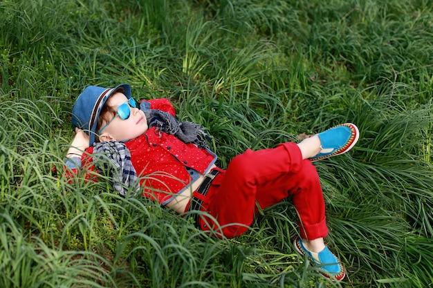 Gelukkige jonge jongen op gras