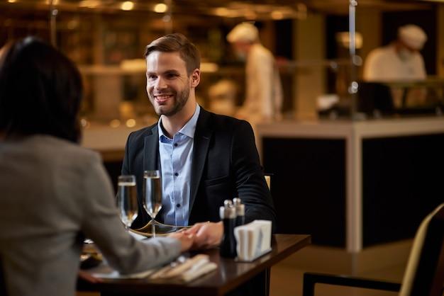 Gelukkige jonge man die een leuke date heeft met zijn geliefde