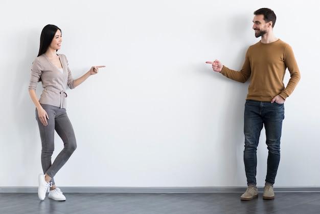 Gelukkige jonge man en vrouw die samen stellen