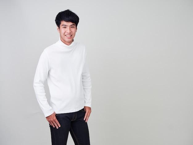 Gelukkige jonge mannen dragen truien