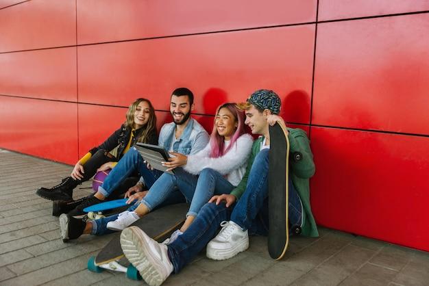 Gelukkige jonge mensen die buiten samenkomen. groep vrolijke tieners die pret hebben