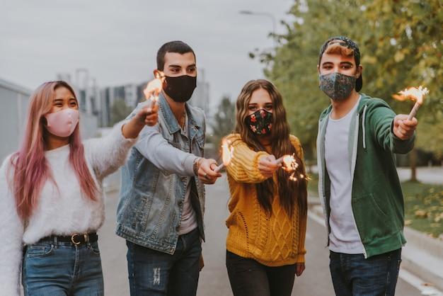 Gelukkige jonge mensen die buiten samenkomen