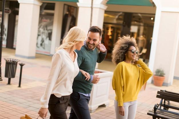 Gelukkige jonge mensen in de stad met boodschappentassen