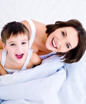 Gelukkige jonge moeder en haar mooie zoon