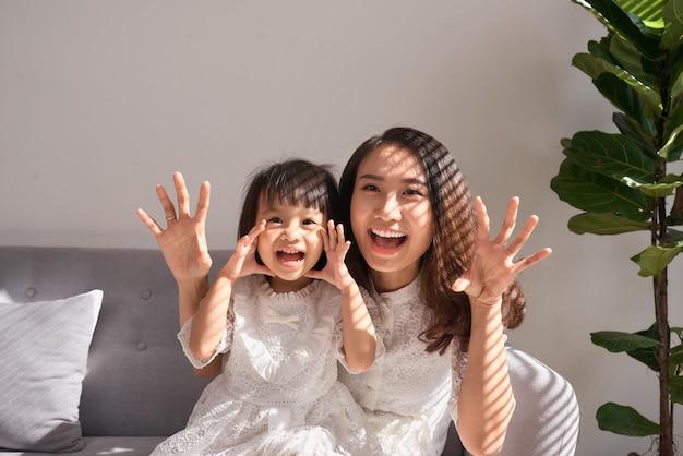 Gelukkige jonge moeder met dochter thuis