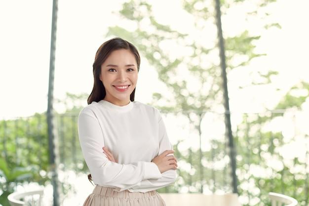 Gelukkige jonge mooie aziatische vrouw met steunhouders