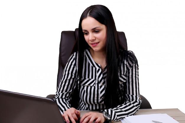 Gelukkige jonge mooie vrouw die laptop met behulp van, binnen