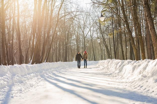 Gelukkige jonge paar in winter park plezier. familie buitenshuis. liefde