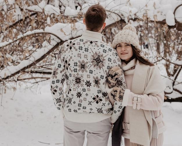 Gelukkige jonge paar in winter park plezier. familie buitenshuis. liefde.