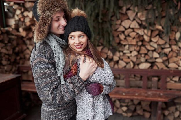 Gelukkige jonge paar in winter park plezier. familie buitenshuis