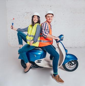 Gelukkige jonge paar op motor. winkelen voor de bouw en reparatie van een nieuw huis.