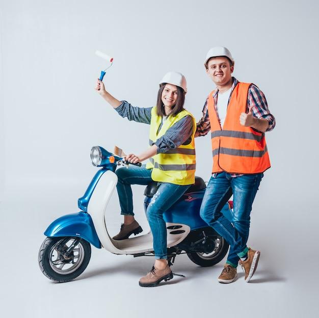 Gelukkige jonge paar op motor. winkelen voor de bouw