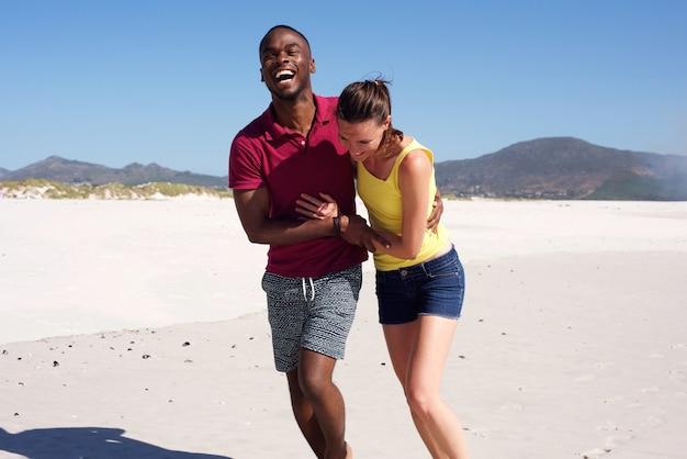 Gelukkige jonge paar verliefd op strand