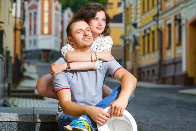 Gelukkige jonge paar verliefd poseren in de stad
