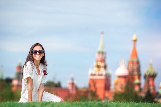 Gelukkige jonge stedelijke vrouw in europese stad.