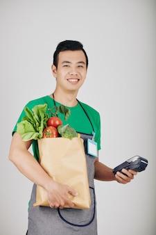 Gelukkige jonge supermarktarbeider