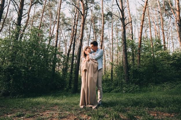 Gelukkige jonge verliefde paar hebben plezier tijdens het wandelen in het park.