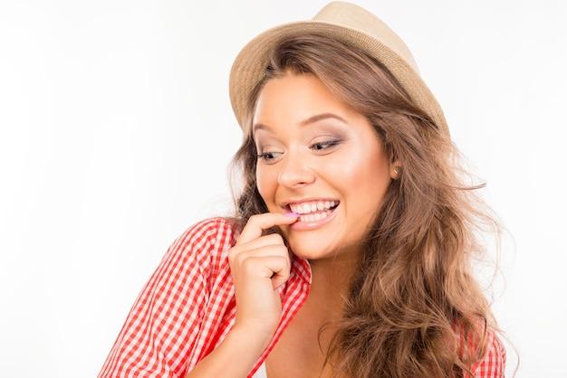 Gelukkige jonge verraste vrouw met hoed