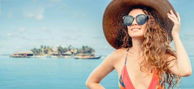 Gelukkige jonge vrouw bij strand in de zomervakantie.