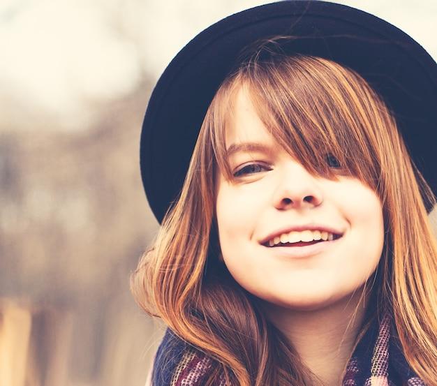 Gelukkige jonge vrouw buitenshuis. lifestyle close-up portret