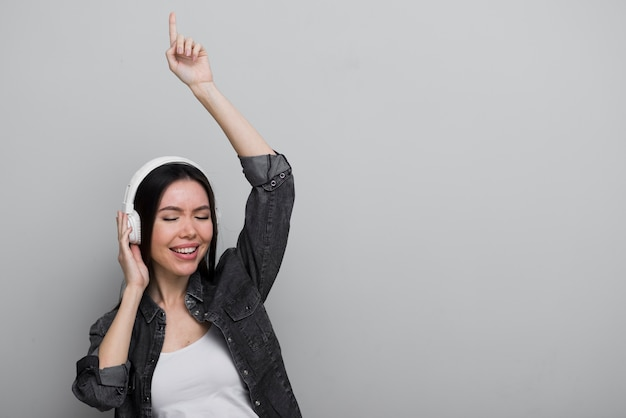 Gelukkige jonge vrouw die aan muziek luistert