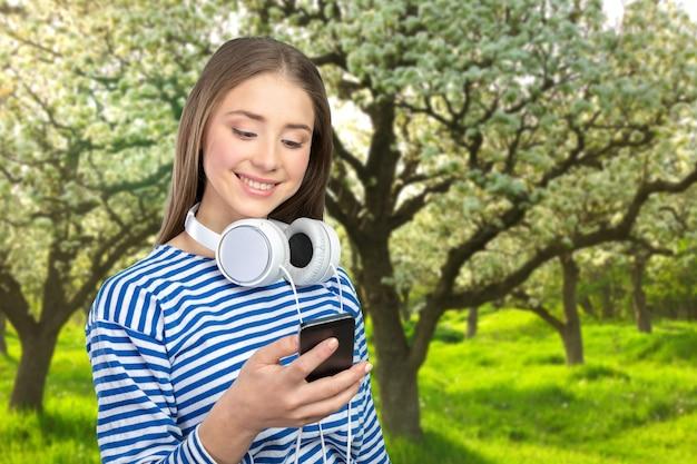 Gelukkige jonge vrouw die naar muziek luistert