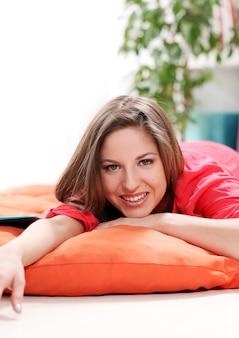 Gelukkige jonge vrouw die op een deken ligt