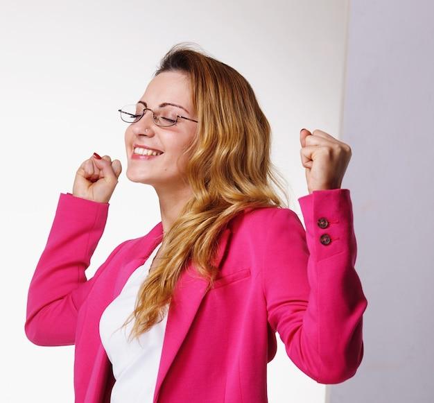 Gelukkige jonge vrouw die overwinning viert