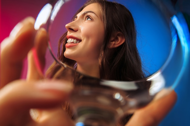 Gelukkige jonge vrouw. emotioneel vrouwelijk schattig gezicht. uitzicht vanuit het glas