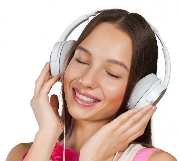 Gelukkige jonge vrouw het luisteren muziek met hoofdtelefoons