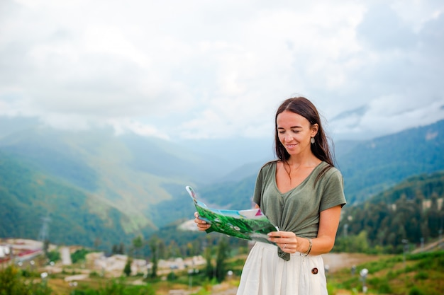 Gelukkige jonge vrouw in bergen