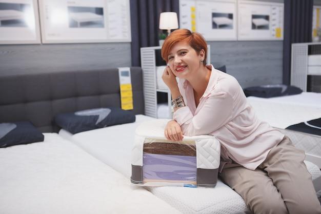 Gelukkige jonge vrouw in een huis goede opslag