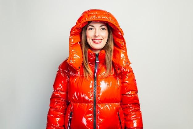 Gelukkige jonge vrouw in een rood geïsoleerd jasje