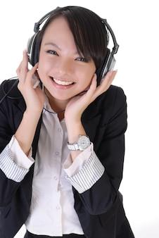 Gelukkige jonge vrouw met mp3-speler en hoofdtelefoon.